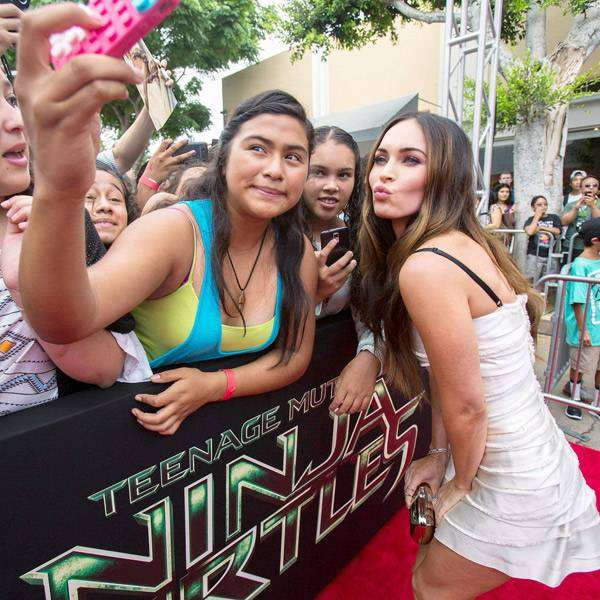 Cast-member-Megan-Fox-poses-with-fans-at-the-premiere-of-Teenage-Mutant-Ninja-Turtles-in-Los-Angeles-California-August-3-2014-