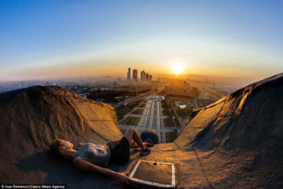 31CCF9AD00000578-3474598-A_Russian_rooftopper_relaxes_as_she_watches_the_Moscow_sunset_Th-a-136_1457016298701