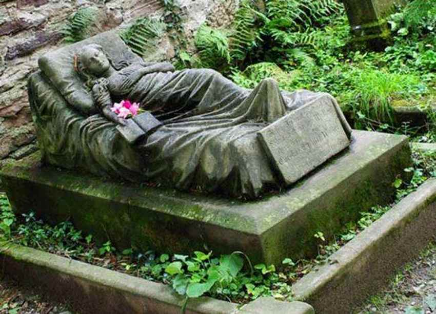 life-size-grave-of-a-16-year-old-girl-commissioned-by-her-sister-photo-u1