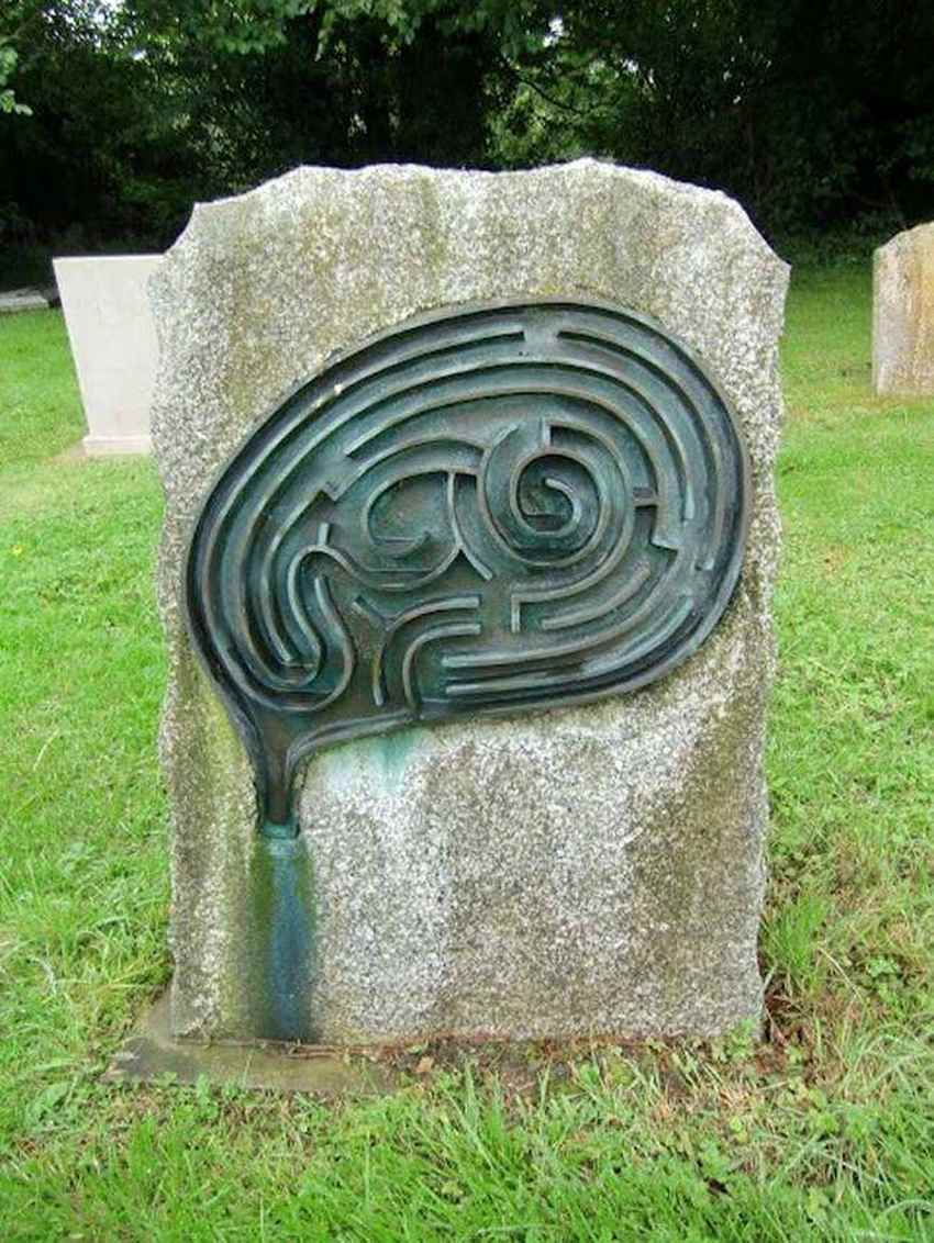 maze-grave-fit-for-an-artist-photo-u1