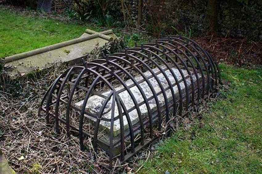 this-victorian-era-grave-was-designed-to-keep-zombies-in-their-graves-photo-u1