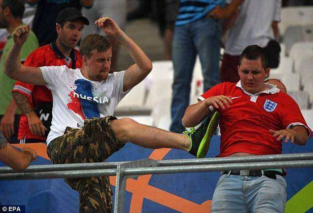 352AB16900000578-0-A_Russian_fan_kicks_an_English_supporter_as_violence_spreads_fro-a-64_1465903291580